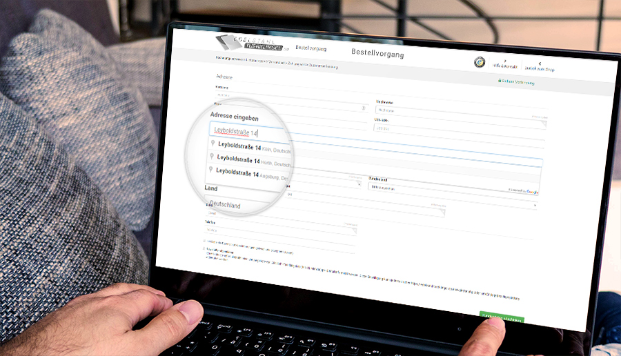 Live Adressprüfung und -vervollständigung bei Registrierung und im Checkout.